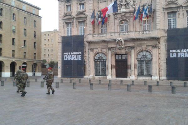 L'armée devant la mairie de Marseille