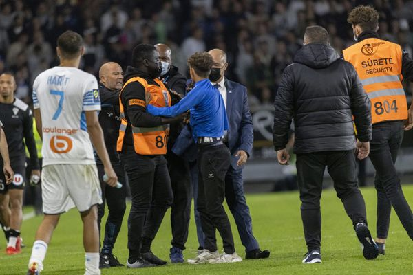 Deux hommes ont été interpellés pour jet de fumigènes et intrusion sur la pelouse après le match nul 0-0 qui opposait Angers à Marseille mercredi soir.
