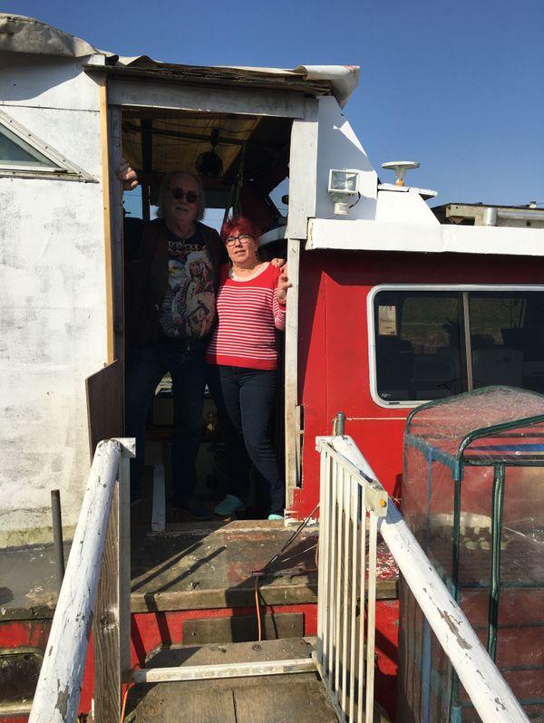 Dominique et Jean Louis Joly sont sur un bateau, la balade tombe à l'eau, reste le confinement.