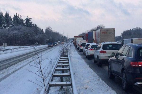 A 10 heures 30, ce mardi, la circulation reste bloquée sur la RN12 entre Rennes et Saint-Brieuc, ici à hauteur de Caulnes (22).