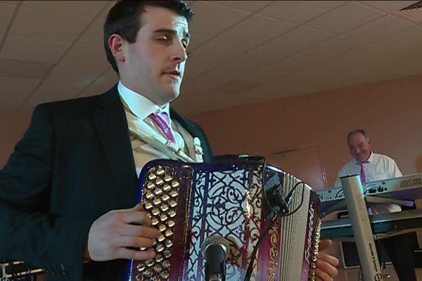 Selon Pierre-François Duqueynois, accordéoniste, on assiste à un retour à la mode de l'accordéon bretelle.