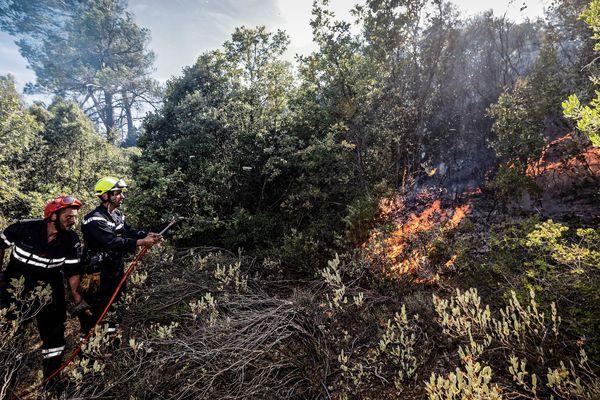 Le 26 juillet les pompiers surveillent un feu qui a débuté la veille