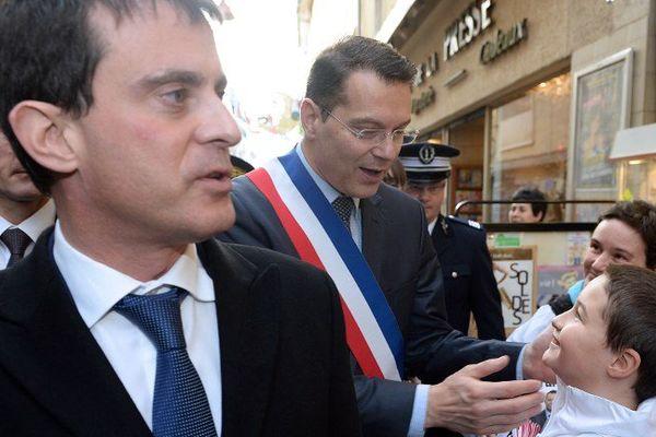 Manuel Valls et le maire de Carpentras Francis Adolphe dans les rues de la ville.