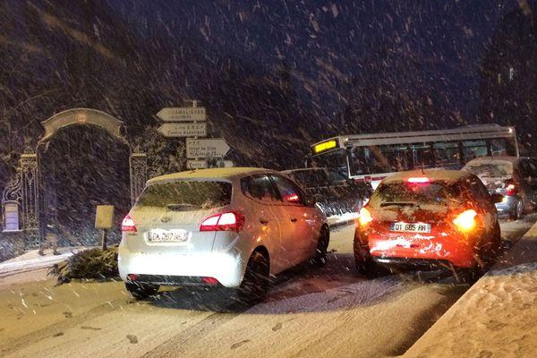 A Chamalières, le trafic est au ralenti à cause de la neige qui a surpris les automobilistes.