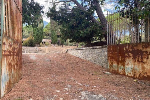 Aujourd'hui, de l'ex-camp de la légion à Corte, il ne reste qu'un portail, et des constructions délabrées.