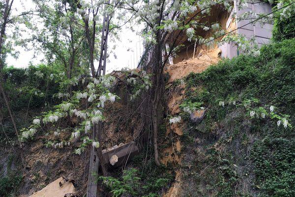 Une partie du mur qui soutenait le pont s'est effondré mardi.