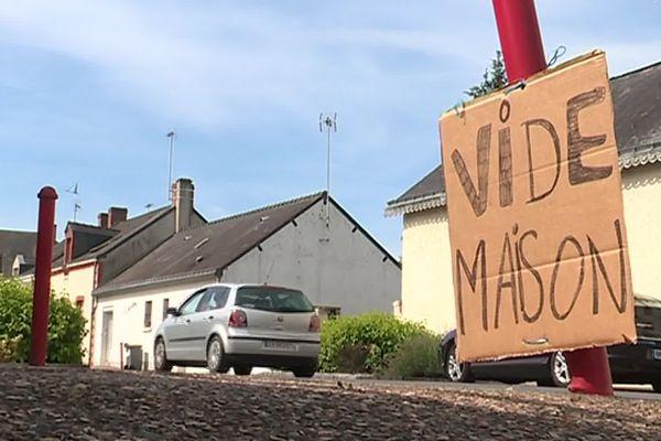 Succession, déménagement, ou besoin de place, de plus en plus de Français choisissent le vide-maison pour faire le vide rapidement.