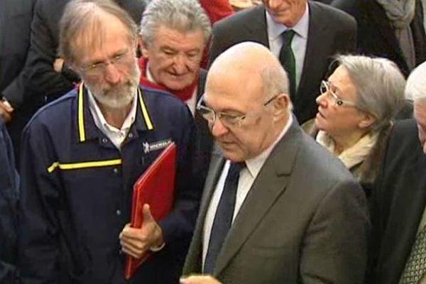 Michel Sapin, le ministre du travail, de l'emploi et de la formation professionnelle en visite chez Michelin, lundi matin. Il est venu constater, sur place, les effets de la politique du manufacturier en matière de formation professionnelle.