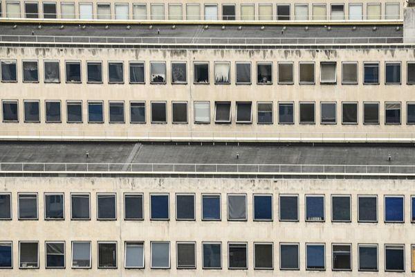 Sur les bords de Seine, la cité administrative a été construite entre 1963 et 1975. Elle n'a jamais été rénovée.