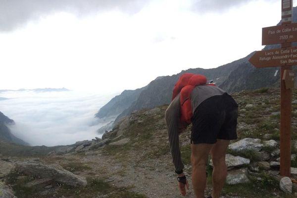 Coucher de soleil depuis le Pas de Colle Longue, à 2533 mètres d'altitude. Christophe Tieran a alors encore plus de 50 kilomètres à parcourir pour boucler sa traversée du Mercantour en reliant les 7 plus hauts sommets.