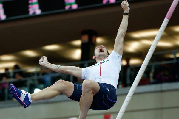 Renaud Lavillenie, en pleine finale de saut à la perche, samedi à Prague.