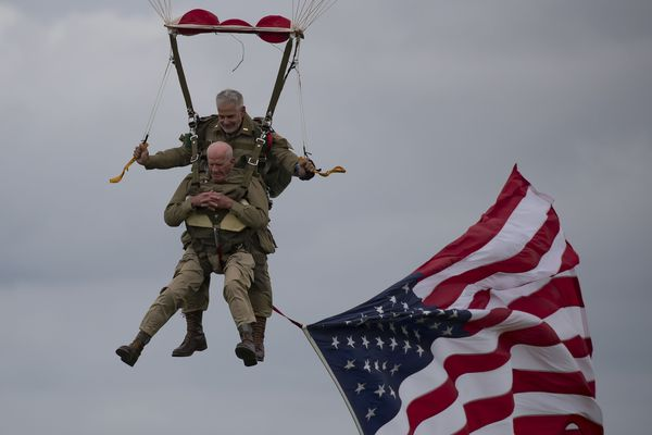 Tom Rice le vétéran de 97 ans saute en parachute ce mercredi au-dessus de Carentan