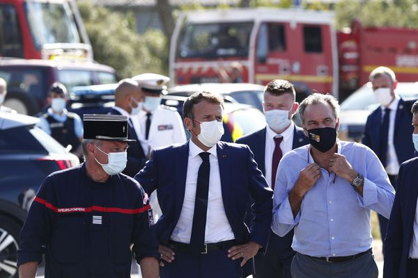 Emmanuel Macron avec Renaud Muselier (à droite), le président de la région PACA, le mardi 17 août.