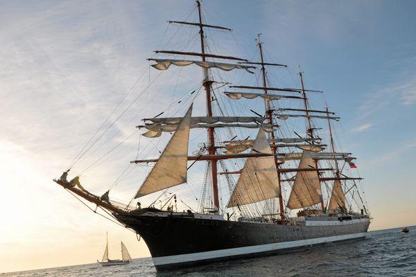 Le  Krusenstern, l'un des plus grands voiliers du monde au large de Sète, en avril 2014