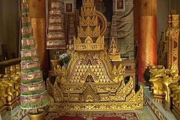 Les nouveaux ornements d'un des temples bouddhistes de Montpellier sont copiés des plus beaux monuments du Laos. Juillet 2015.