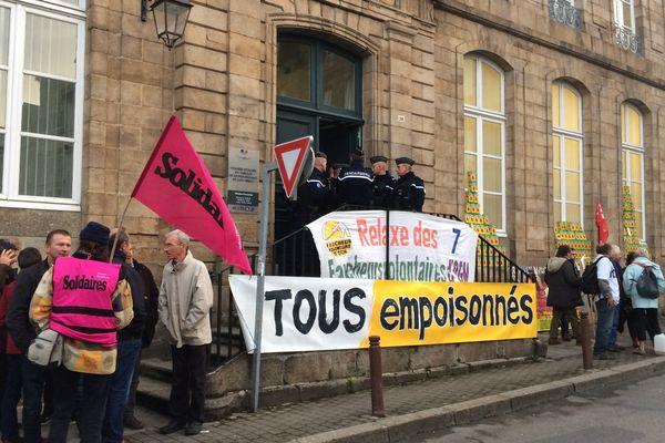 Plusieurs dizaines de manifestants aux portes du tribunal de Guingamp