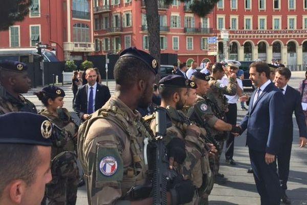 Le ministre de l'intérieur salue les soldats de l'opération Sentinelle.