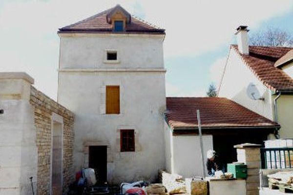 Façade et cour extérieure du pigeonnier de Longvic. Les travaux ne sont pas finis.