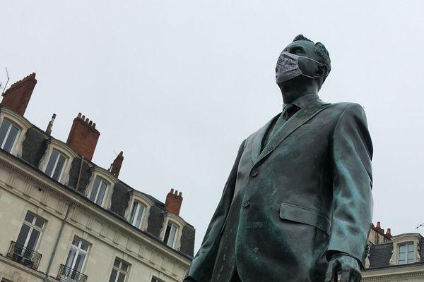"""A Nantes, la statue de Philippe Ramette """"Eloge du pas de côté"""" place du Bouffay, est prête pour le déconfinement..."""