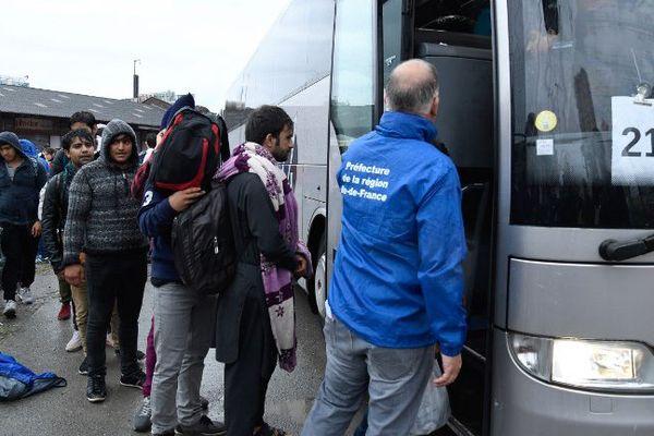 Des migrants évacués de campements sauvages, porte de La Chapelle, à Paris, le 18 août 2017.