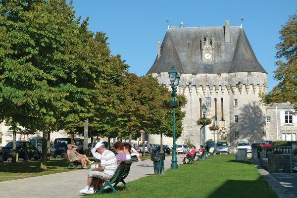 Le châtelet de Jonzac, porte d'entrée du château, et son esplanade, lieu emblématique de la ville.