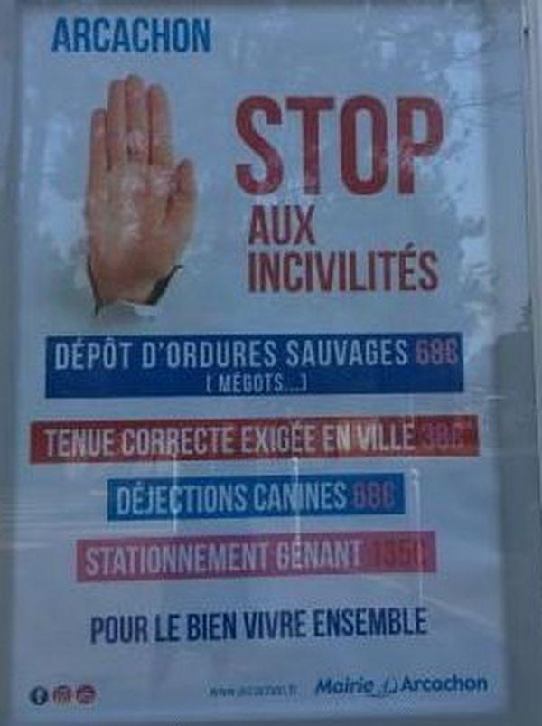 L'affichage municipal rappelle les règles dans la cité balnéaire surfréquentée en été