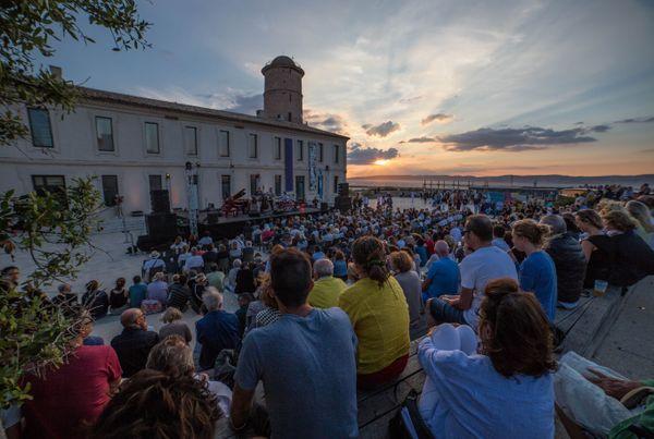 Marseille Jazz des 5 continents a déjà pris ses quartiers au Mucem lors des éditions précédantes. Cette année, le festival est annulé sous sa forme habituelle mais des spectacles de Jazz auront tout de même lieu au Fort Saint Jean en août.