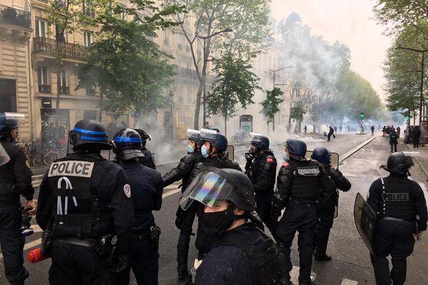 Gaz lacrymogène et canon à eau utilisés par les forces de l'ordre pour disperser la foule participant à une manifestation pro-palestinienne vers Château Rouge. Credit Christian MIRABAUD