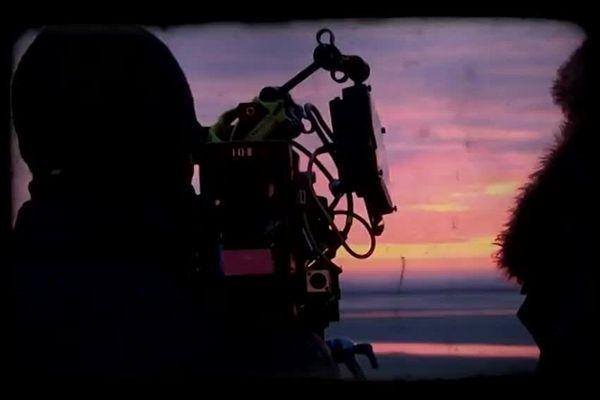"""Une équipe de tournage du film """"A deux heures de Paris"""" s'affaire au Crotoy sur le front de mer pour mettre en place la séquence qui va être tournée dans la journée."""