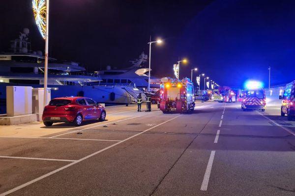 L'intervention des pompiers quai des milliardaires au milieu des yachts.