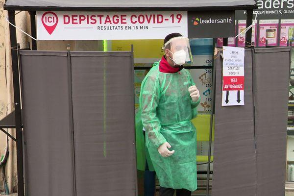 Une pharmacie de Montpellier proposant des tests antigéniques de dépistage de la Covid-19 (23 décembre 2020)