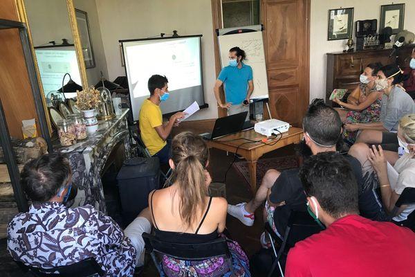 Au cours de cet atelier, les participants apprennent à préserver la logique non-violente des manifestations ou actions militantes, notamment face aux forces de l'ordre.