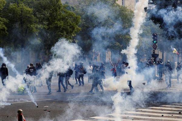 Des jets de gaz lacrymogènes lors des manifestations du 1er mai 2019 à Paris.