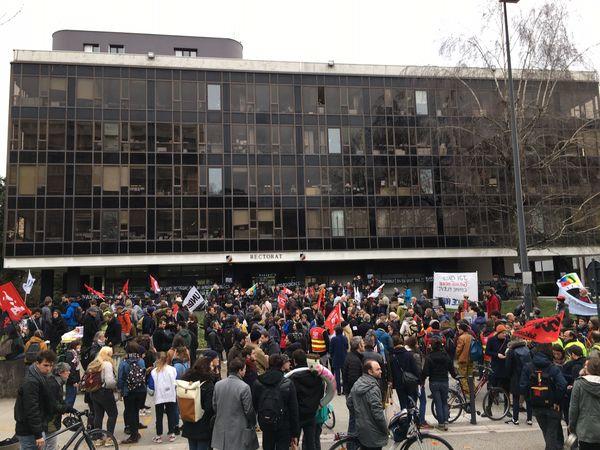 300 manifestants devant le rectorat de Grenoble