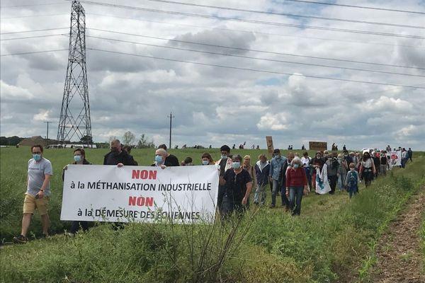 200 personnes ont traversé les champs de blé et de colza où des projets de méthaniseurs et de parc éolien pourraient s'implanter.