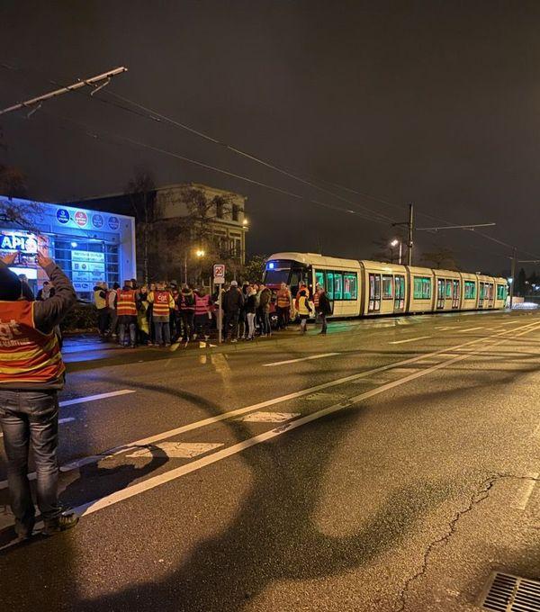 Des manifestants de la CGT se sont rassemblés dès 4h30 ce matin pour bloquer le dépôt de métro à Petit-Quevilly.