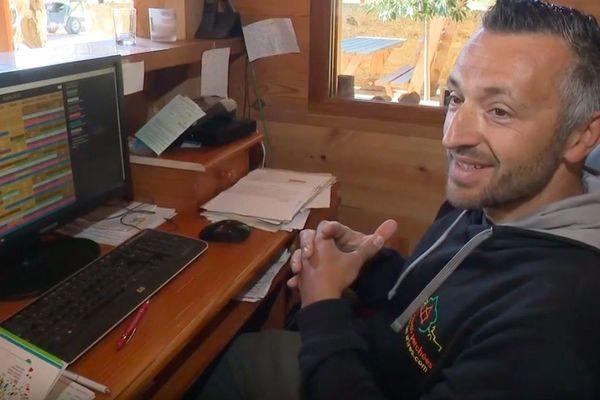 Rémi Gipoulou, propriétaire de chambres d'hôtes à Capdrot a enregistré 98 % de chiffre d'affaire en moins sur son planning de réservations depuis mi mars.