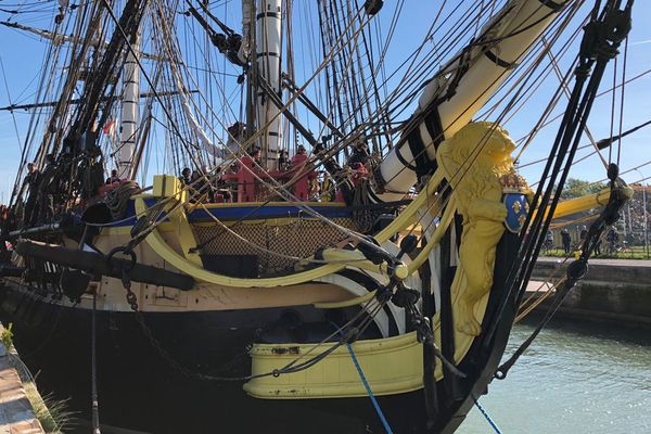 En raison du vent, l'Hermione ne peut effectuer sa parade sur le canal de Caen-la-Mer