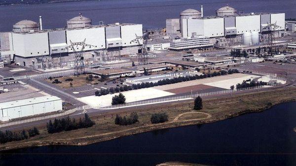 La centrale nucléaire du blayais est située sur la commune de Braud-et-St-Louis en Gironde. Cette photo a été prise en l'an 2000, peu de temps après la tempête de décembre 1999.