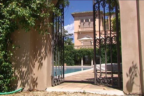 L'entrée du château Diter, palace d'inspiration toscane de Grasse.