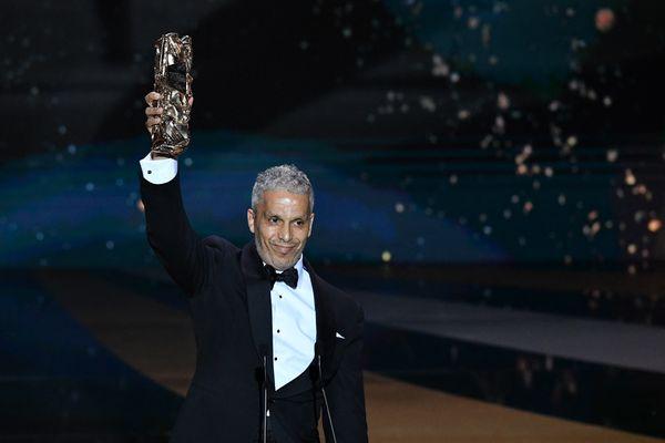 L'acteur Sami Bouajila pose avec son trophée du meilleur acteur lors de la 46e cérémonie des César, le 12 mars 2021.