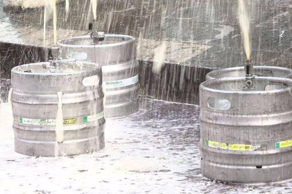 Denrée périssable, la bière déversée ce vendredi matin devant la préfecture. Les cafetiers demandent à travailler.