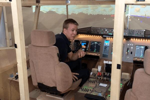 julien Bottenmuller, dans le simulateur de vol qu'il a  contribué à réaliser avec l'IPSA.