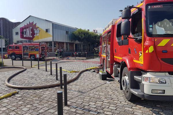 Les pompiers du Gers sont toujours sur place, ce 29 juillet, après l'important incendie qui a touché le cinéma d'Auch, Ciné 32.