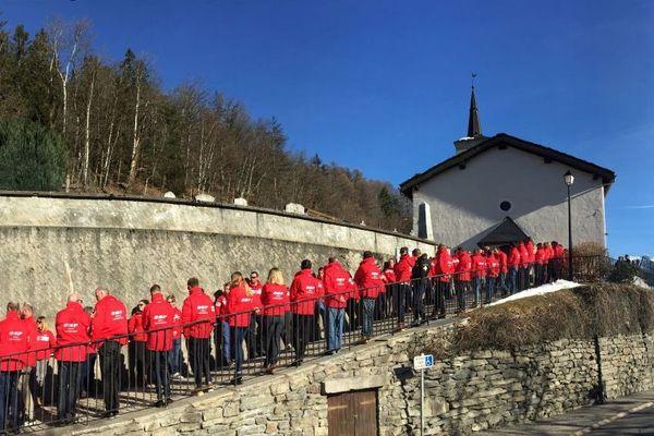 Les moniteurs de ski de la Rosière rassemblés devant l'église où se sont déroulés les obsèques de Nicolas Gaide, 43 ans tué lors d'une dépose en hélicoptère.