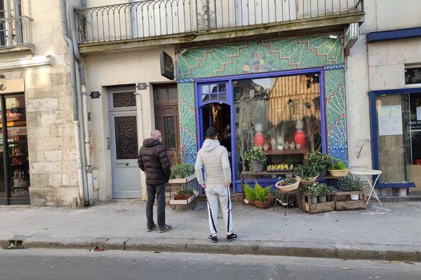 Devant cette boutique de fleurs à Tours, les clients font la queue.