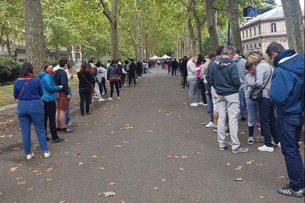 Ce week-end, sur les allées Jules Guesde, ils étaient très nombreux à attendre afin de se faire dépister.