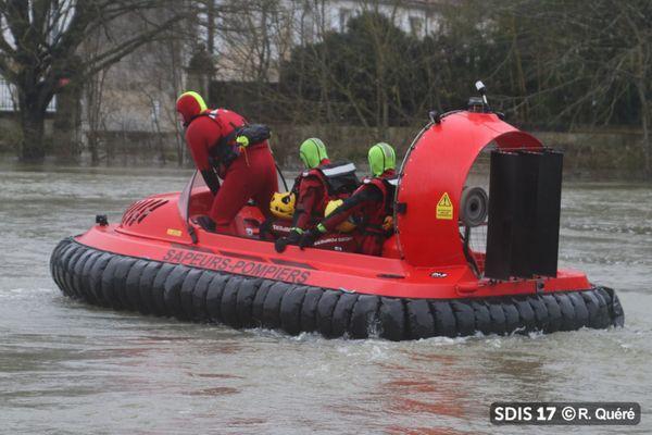 Les pompiers du SDIS 19 en intervention avec leur aéroglisseur lors de la crue de la Charente à Saintes