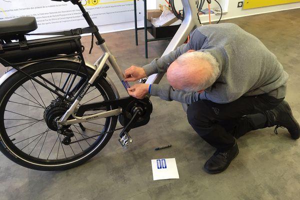 Les beaux jours reviennent et les vélos sont de sortie. Mais pour éviter de se faire voler son vélo, il faut les protéger avec un bon antivol et pourquoi pas un marquage unique. Chaque mois l'association vélo cité 63, à Clermont-Ferrand, immatricule les vélos.