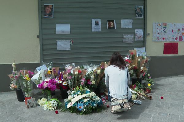 Des fleurs déposées devant la brasserie de Bessan ce samedi 29 mai.
